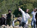pemukim-israel-melemparkan-batu-ke-warga-palestina-di-desa-safa.jpg
