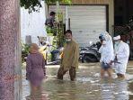 pengantin-jalan-kaki-terjang-banjir-di-jalan-raya-benjeng-kabupaten-gresik.jpg