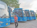 pengemudi-trans-koetaraja-memarkirkan-busnya_20180306_091810.jpg