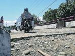 pengendara-sepeda-motor-melintasi-jembatan-di-gampong-gigieng.jpg