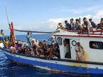 pengungsi-etnis-rohingya-be-rada-di-atas-kapal-km-nelayan-2017811-milik-nelayan-indonesia.jpg