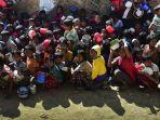 pengungsi-rohingya-menanti-pembagian-bantuan-makanan_20180128_103133.jpg