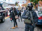 pengunjuk-rasa-bersenjata.jpg<pf>polisi-memukul-pengunjukrasa.jpg<pf>pendukung-trump-mencoba-untuk-lari.jpg<pf>pendukung-calon-presiden-dari-partai-demokrat.jpg<pf>menangkap-seorang-pria-yang-diduga-menggunakan-senjata.jpg<pf>menarik-seorang-anak-menjauh-dari-kerumunan-aksi.jpg<pf>membakar-bendera-amerika.jpg<pf>polisi-portland.jpg<pf>pengunjuk-menarik-penghalang-ke-jalan.jpg<pf>pengawal-nasional-negara-bagian-oregon.jpg<pf>memimpin-kerumunan.jpg<pf>pengunjuk-rasa-berdiri-di-depan-sebuah-truk-pe