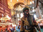 pengunjung-masjid-hagia-sophia-baju-ottoman.jpg