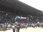 pengunjung-penonton-pacuan-kuda-di-stadion-buntul-nege_20181022_090322.jpg