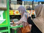 pengunjung-sedang-mencuci-tangan-sebelum-memasuki-denergy-cafe.jpg
