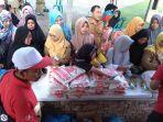 pengunjung-sedang-menyambangi-bazar-pangan-toko-tani-indonesia-center-tti-c.jpg