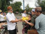 Fraksi PKS DPRK Aceh Besar Bagikan Ratusan Takjil Kanji Rumbi kepada Pengguna Jalan dan Masyarakat thumbnail