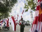 penjual-menata-bendera-merah-putih-yang-dijual-di-sekitar-masjid-raya-baiturrahman.jpg