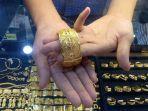 perlihatkan-gelang-emas_harga-emas.jpg