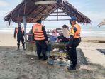 personel-brimob-kompi-3-batalyon-c-pelopor-mengajak-warga-yang-berkunjung-ke-pantai-wisata.jpg
