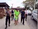 personel-polres-aceh-timur-menggiring-tiga-pelaku-penculikan.jpg