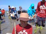 peserta-dari-lintas-komunitas-menanam-mangrove-di-alue-naga_20180114_211756.jpg