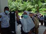 peserta-sbmptn-mengikuti-protokol-kesehatan-sebelum-memasuki-ruang-ujian-di-kampus-unimal.jpg