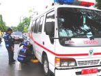 petugas-dishub-kota-banda-aceh-menggebok-roda-mobil-ambulans_20181005_100656.jpg