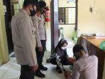 petugas-jaga-tahanan-di-polres-simeulue-melakukan-pemeriksaan-barang-bawaan-pengunjung.jpg