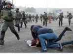 petugas-keamanan-israel-yang-menyamar-menahan-pengunjuk-rasa-palestina_20171215_193424.jpg