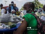 petugas-kesehatan-di-guinea-membersihkan-kontak-yang-dicurigai-dari-lengan-pasien-ebola.jpg
