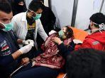 petugas-medis-memberi-pertolongan-kepada-wanita-suriah-yang-menjadi-korban.jpg
