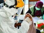 petugas-melakukan-rapid-test-antigen-kepada-pengunjung.jpg