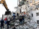 petugas-penyelamat-membersihkan-puing-puing-bangunan-di-thumane-albania.jpg