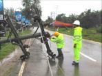 petugas-pln-memperbaiki-jaringan-yang-rusak-akibat-tiang-listrik-tumbang_20170103_101741.jpg