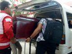 petugas-pmi-menaikkan-peti-jenazah-bule-asal-spanyol-ke-dalam-mobil.jpg