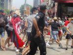 petugas-polisi-tunisia-bentrok-dengan-pengunjuk-rasa-selama-demonstrasi-di-tunis-tunisia.jpg