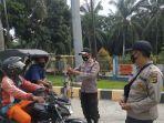 petugas-posko-penyekatan-di-aceh-tamiang-memeriksa-becak-yang-mencoba-ke-luar-ke-sumatra-utara.jpg