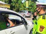 petugas-satlantas-polres-abdya-melakukan-pemeriksaan-terhadap-pengendara-mobil.jpg