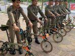 petugas-satpol-pp-kota-makassar-berfoto-dengan-sepeda-impor-merk-brompton.jpg
