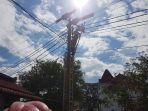 petugas-tim-pdkb-sedang-melakukan-pekerjaan-pemeliharaan-jaringan-listrik-di-jalan-jendral-sudirman_20181018_192350.jpg