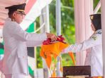plt-gubernur-aceh-nova-iriansyah-menerahkan-bendera-merah-putih_20180818_150509.jpg