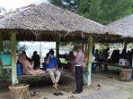polda-aceh-membagikan-masker-kepada-para-pengunjung-pantai-wisata-di-aceh-besar.jpg