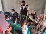 polisi-beri-pengobatan-gratis-kepada-korban-banjir.jpg
