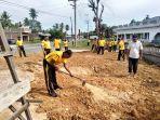 polisi-bersihkan-fasilitas-umum-di-aceh-timur_25-juni-2021.jpg