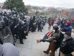 polisi-hadang-demonstran-di-capitol-as.jpg