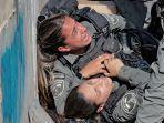 polisi-israel-terjatuh-di-jerusalem.jpg