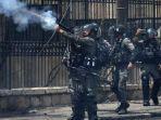 polisi-juga-digambarkan-menembakkan-gas-air-mata-ke-arah-para-demonstran-di-dekat-betlehem.jpg