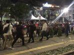 polisi-membubarkan-ratusan-massa-yang-masih-berunjuk-rasa-didepan-kantor-bawaslu-ri.jpg
