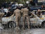polisi-memindahkan-mobil-terbakar-di-lebanon.jpg