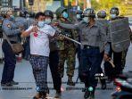 polisi-menangkap-seorang-pengunjuk-rasa.jpg<pf>seorang-petugas-polisi-menggunakan-ketape.jpg<pf>tentara-membawa-senjata-selama-bentrokan.jpg<pf>para-pengunjuk-rasa-memberi-hormat.jpg<pf>seorang-tentara-berjaga-243.jpg<pf>seorang-tentara-menghapus-tanda-protes.jpg<pf>seorang-pelajar-ditangkap.jpg<pf>dibebaskan-dari-penjara.jpg