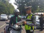 polisi-menilang-pengendara-sepeda-motor-yang-belum-membayar-pajak.jpg
