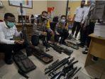 polisi-menunjukan-barang-bukti-senjata-api-ilegal-yang-diamankan-di-merauke-papua.jpg