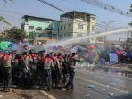 polisi-myanmar-bubarkan-demonstran.jpg