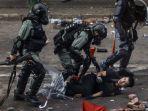 polisi-tangkap-seorang-demonstran-di-polytehcnic-university-di-distrik-hung-hom-hong-kong.jpg