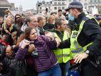 polisi-terlibat-bentrokan-dengan-para-pengunjuk-rasa.jpg