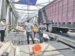 ppk-jembatan-safaruddin-dan-kontraktor-cek-lantai-jembatan_20171107_112524.jpg