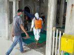 prajurit-kodim-nagan-raya-menyemprot-disinfektan-di-masjid.jpg