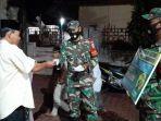 prajurit-koramil-beutong-jajaran-kodim-0116-membagikan-masker-kepada-jamaah-shalat-tarawih.jpg